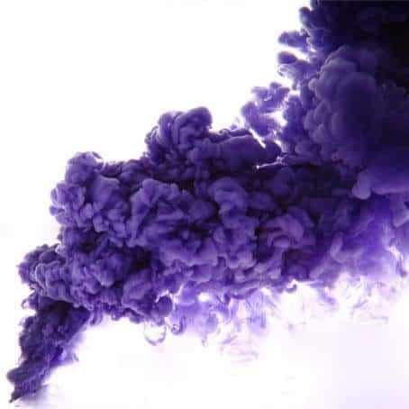 Un fumigène de stade violet